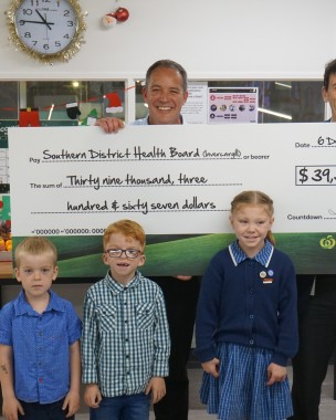 Countdown representative and kid ambassador with countdown donation cheque